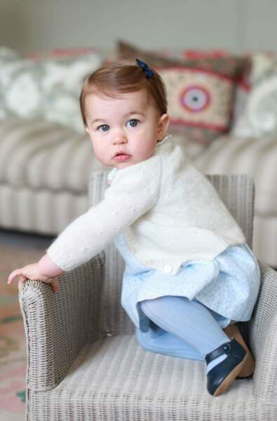 Charlotte fête ses 1 an : trop mignonne avec son noeud bleu dans les cheveux ! Une fois encore, Kate est derrière l'objectif