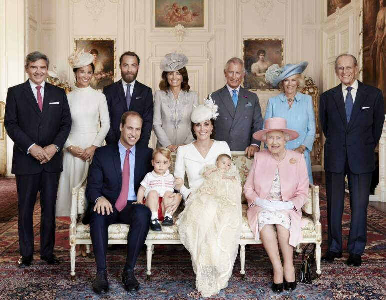 Photo officielle ! Charlotte prend la pose avec ses parents, son frère, son arrière-grand mère la reine Elizabeth II, son mari le prince Philip, son grand-père le prince Charles et son épouse Camilla, ainsi que la famille Middleton