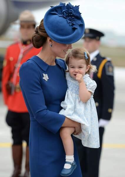 Arrivée en famille au Canada pour une semaine de visite officielle en septembre : le voyage a été long et le réveil semble difficile...