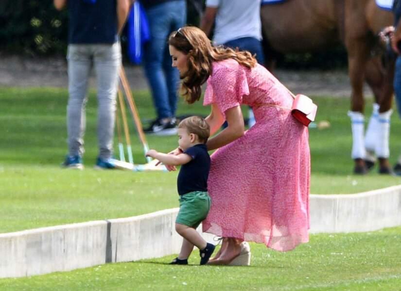 Trois mois après son premier anniversaire, le petit Louis apprend à marcher avec Kate