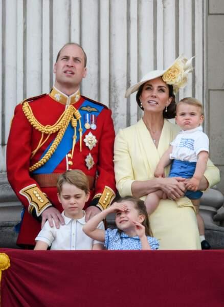 Trooping the Colour 2019 : cette fois, Louis rejoint sa famille au balcon de Buckingham Palace pour regarder le défilé aérien de la Royal Air Force... mais pour le moment cela ne le captive pas encore !