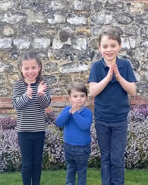 Mars 2020 : confinés durant l'épidémie de coronavirus, Charlotte, Louis et George applaudissent les soignants. Une fois n'est pas coutume, c'est Kate qui prend la photo