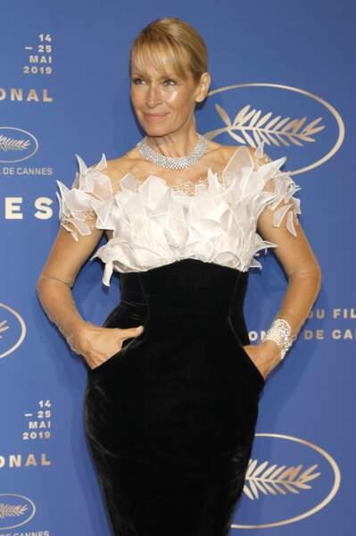 Joli gardénia dans cette robe bicolore et bi-matière.