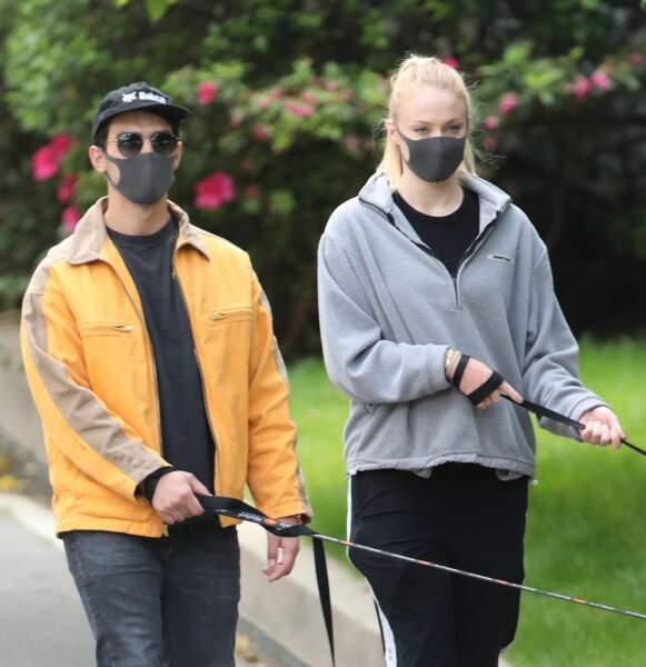 Joe Jonas et Sophie Turner, masqués pour promener leurs chiens dans le très chic quartier d'Encino, à Los Angeles