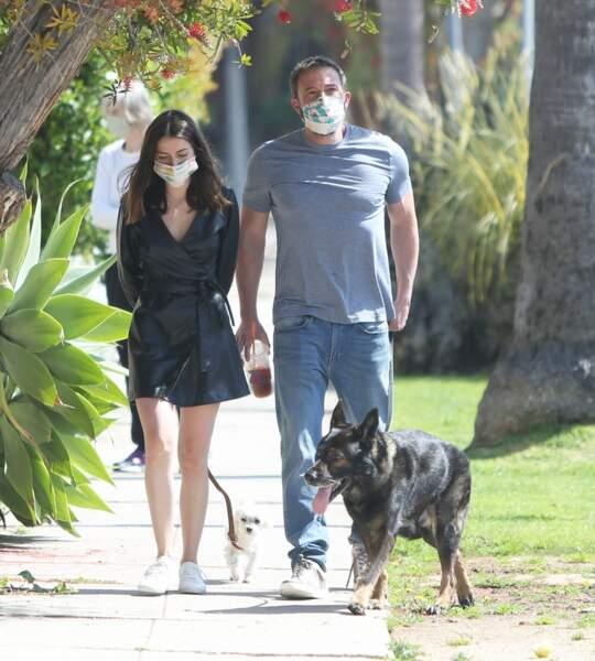 Ben Affleck et sa chérie, Ana de Armas, promenant leurs chiens sous le soleil californien