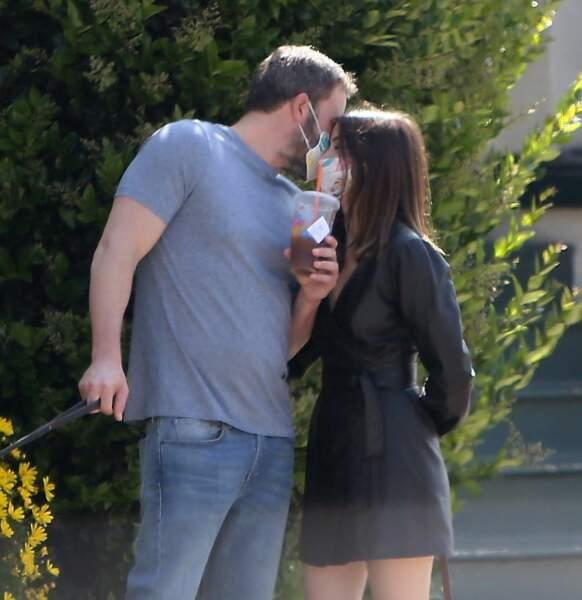 Oups ! Ben Affleck et Ana de Armas ont oublié qu'ils portaient un masque avant de s'embrasser