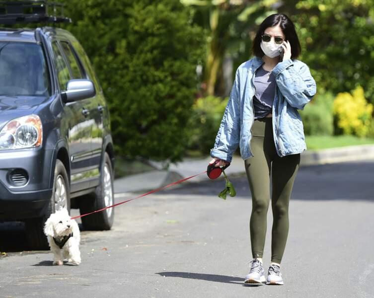 Lucy Hale promène son chien dans les rues de Los Angeles