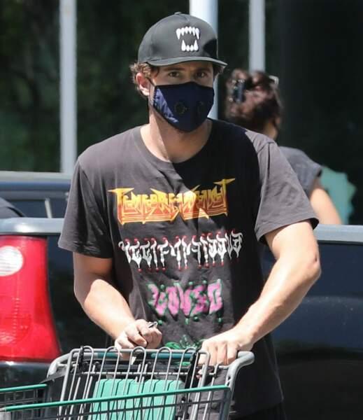 Le masque de Brody Jenner ne dépareille pas avec son look heavy metal