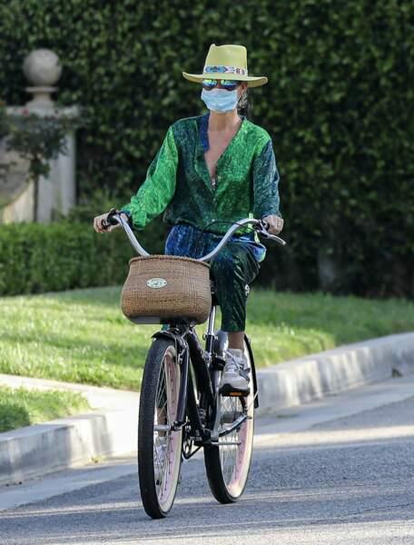 Laeticia Hallyday soigne son apparence, même avec un masque et en vélo