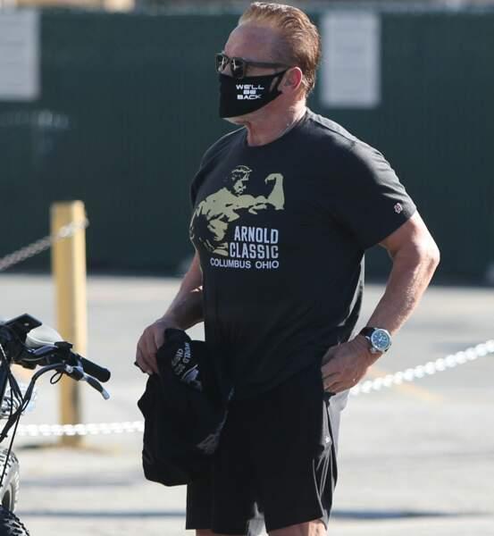 """""""We'll be back"""" peut-on lire sur le masque d'Arnold Shwarzenegger, en allusion à sa réplique-culte dans Terminator"""
