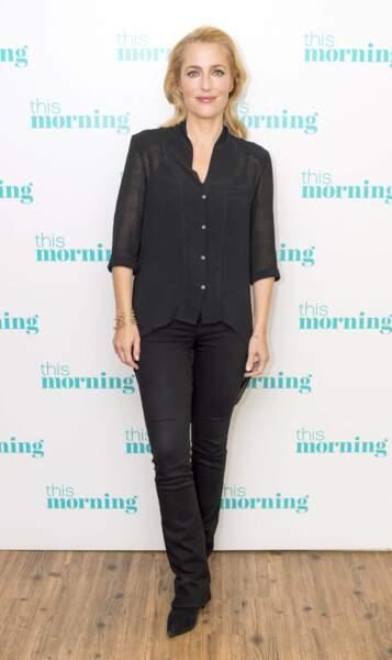 Très naturelle en jean et chemise lors de la sortie d'une émission de télévision londonienne