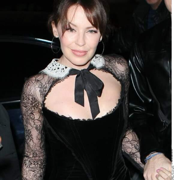 En 2011 Kylie Minogue change de nouveau son apparence et devient brune. Ici lors d'une soirée caritative à Londres.