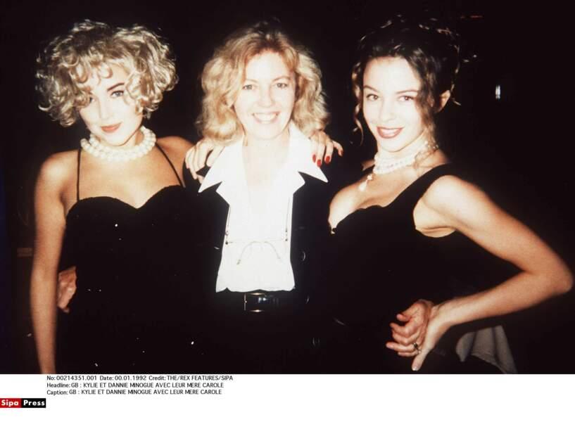 Kylie et Dannii entourent maman Minogue (1992)