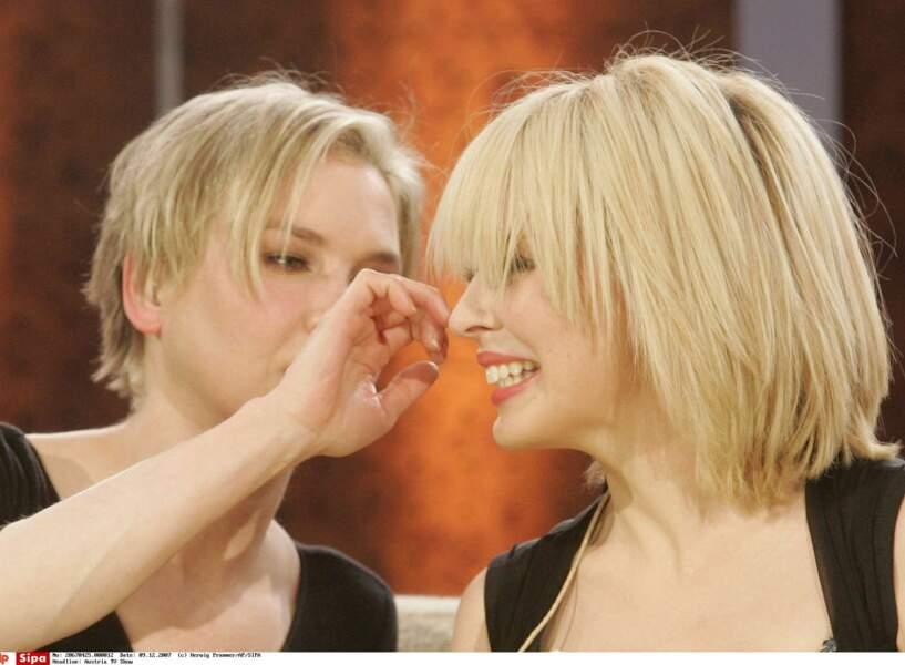 C'est Renée Zellwegger qui s'intéresse au dernier look de Kylie Minogue lors d'une émission télé en Autriche (2007)