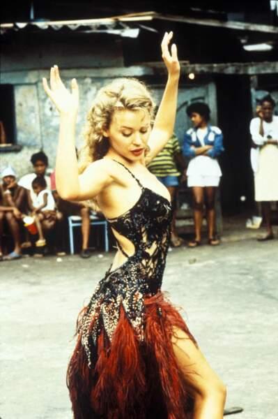 """Kylie Minogue, libre et gracieuse lors du tournage de son clip """"Celebration"""" au Brésil (1992)"""