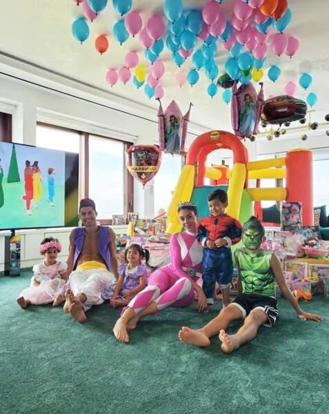 Et la famille de Cristiano Ronaldo a célébré les 2 ans des jumeaux Eva et Mateo en enfilant de magnifiques déguisements.