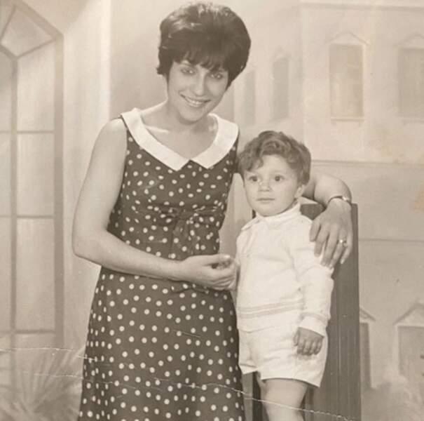 Arthur en culottes courtes pour une adorable photo souvenir aux côtés de sa maman