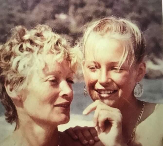 Et de son côté, Estelle Lefébure a aussi publié une photo de sa mère : une famille en or !