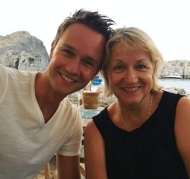 Cyril Féraud tout sourire avec sa maman