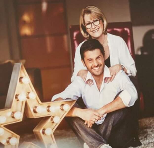 Christophe Beaugrand pose fièrement avec sa maman
