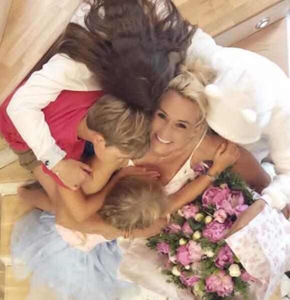 Elodie Gossuin entourée de ses quatre enfants