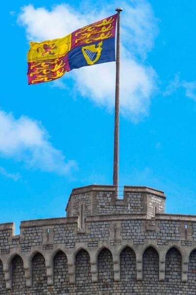Pour l'occasion le château de Windsor a signalé la présence de la souveraine avec un drapeau à ses armes