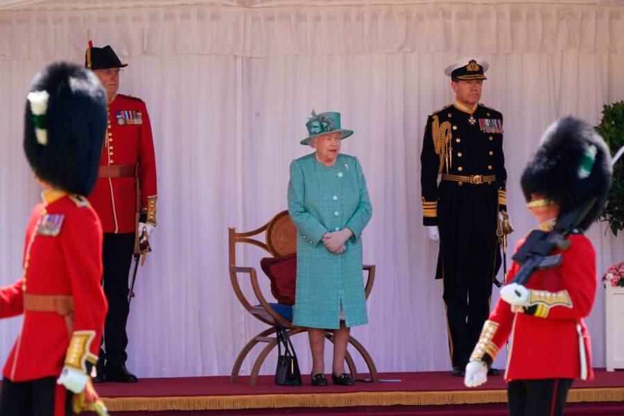 La reine est prête pour le défilé. Dommage qu'aucun membre de la famille ne soit là...