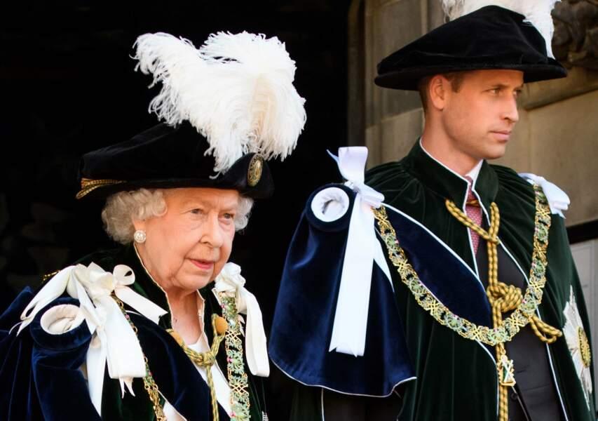 Sa grand-mère la reine qui le prépare à son futur rôle de monarque