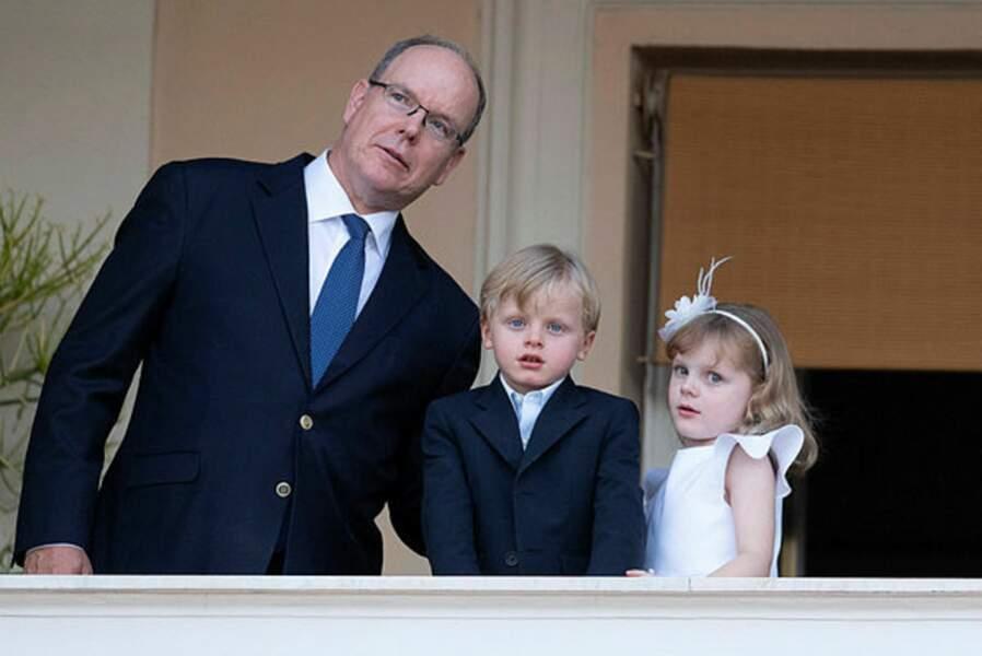 Est-ce le spectacle du feu de joie de la Saint-Jean qui attire autant les regards d'Albert II, Jacques et Gabriella ?