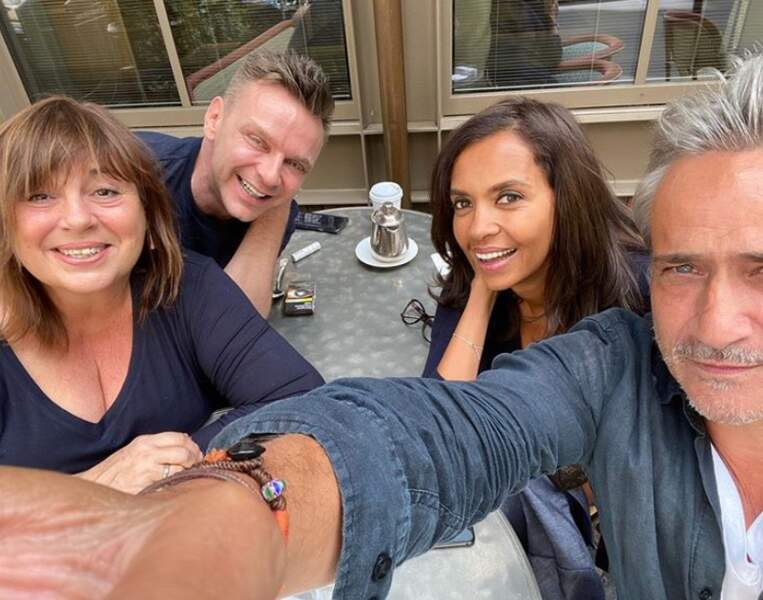Mais il n'y a pas que l'amour dans la vie : il y a l'amitié aussi, pour Karine Le Marchand et ses amis people en terrasse à Paris.