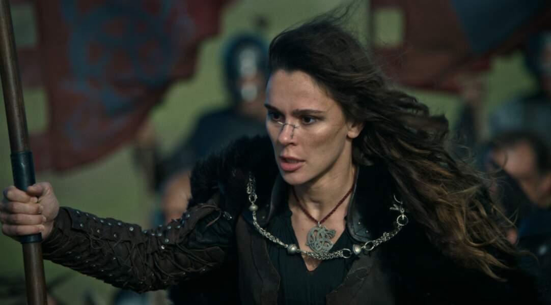 Celle que l'on surnomme Lance rouge dans la série est jouée par la comédienne Bella Dayne...