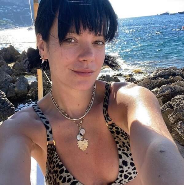 Lily Allen profite de ses vacances seule à Capri.