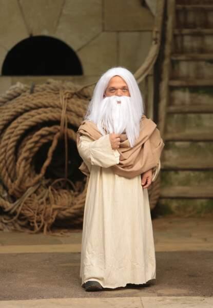 Insatiable farceur… Il pique le costume du Père Fouras !