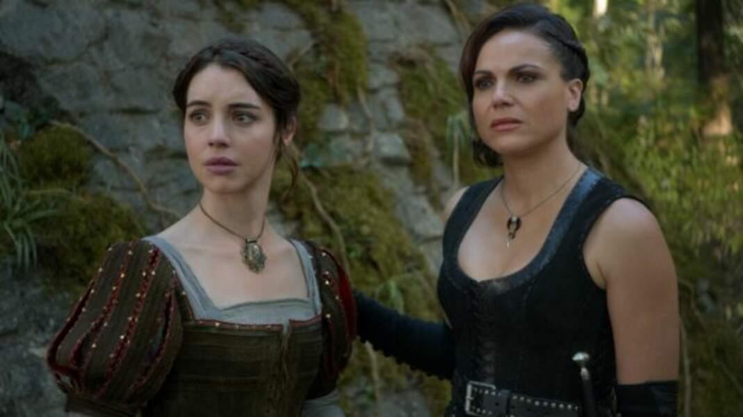 Adelaide Kane (à gauche) a abandonné sa couronne dans Reign : Le Destin d'une reine pour jouer Ivy Belfrey, alias Javotte