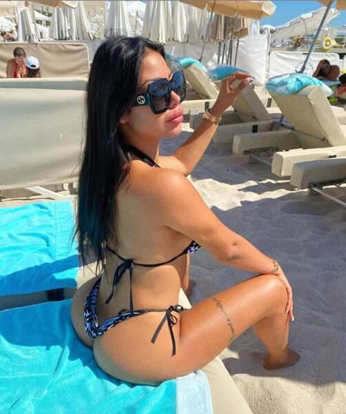 Maeva Ghennam aime elle aussi, toujours autant poser en bikini