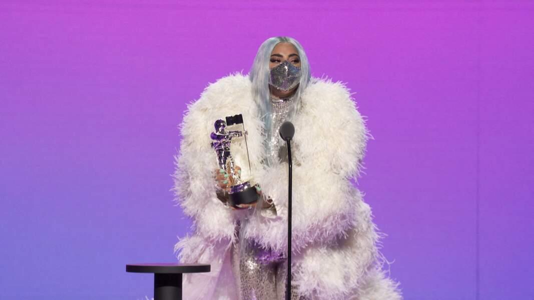 """""""Restez en sécurité, dites ce que vous pensez, et cela semble évident, portez un masque"""", a lancé Lady Gaga sur scène."""