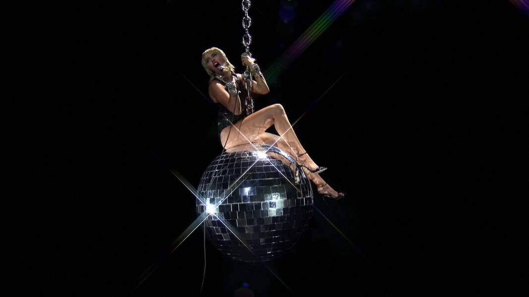 Miley Cyrus a elle aussi marqué la soirée, retrouvant pour l'occasion la boule géante de son clip Wrecking Ball.