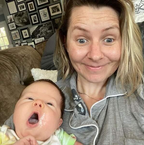 La maternité, ça tache, comme le prouve Beverley Mitchell.