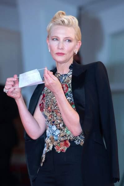 Fini les sourires : Cate Blanchett remet son masque après avoir foulé le tapis rouge
