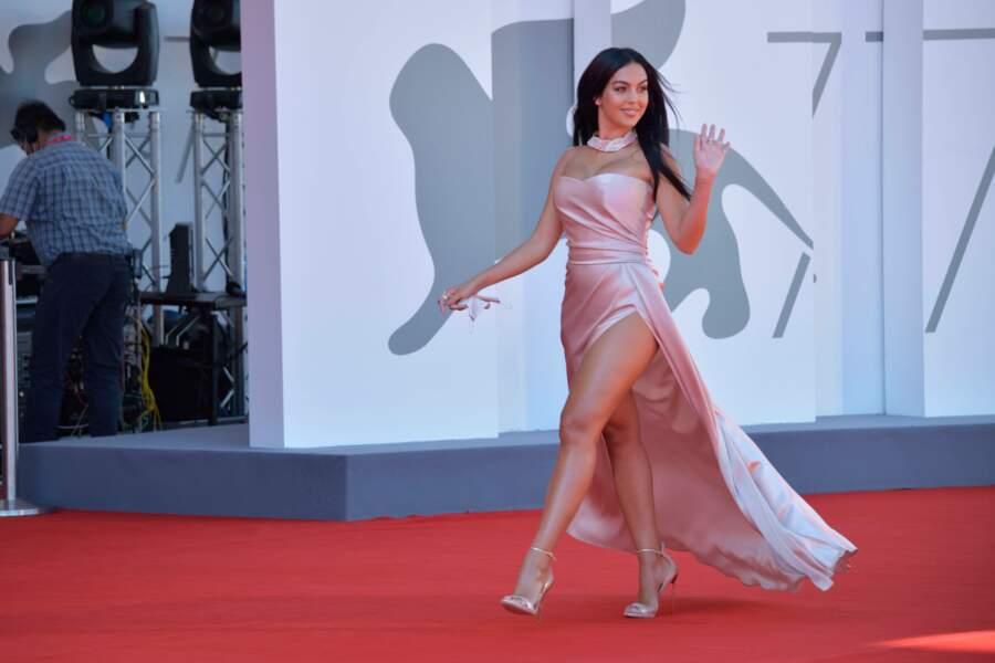 Georgina Rodriguez, la compagne mannequin du footballeur Cristiano Ronaldo, a fait sensation dans sa robe très échancrée