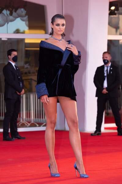 Le Top Model Taylor Hill a profité de l'occasion pour montrer ses jolies jambes