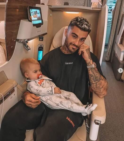 Maylone était sage comme une image dans les bras de son papa Thibault Garcia en avion.