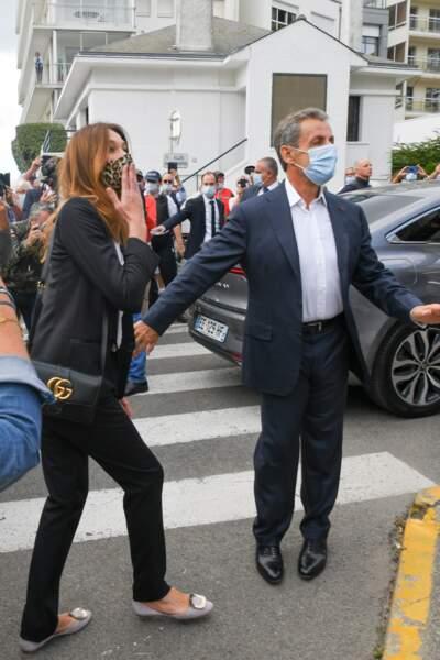 Nicolas Sarkozy et Carla Bruni arrivent à la mairie de la Baule pour le mariage de leur ami Franck Louvrier