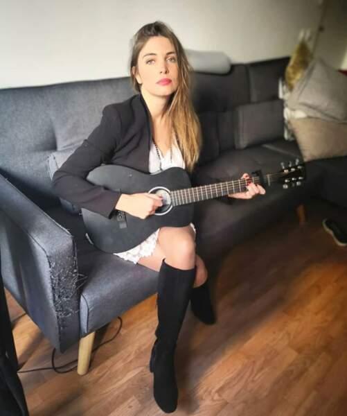 Le saviez-vous ? La comédienne a un talent caché : la guitare !
