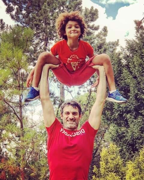 Séance de pyramide humaine pour Gil Alma et son grand garçon.