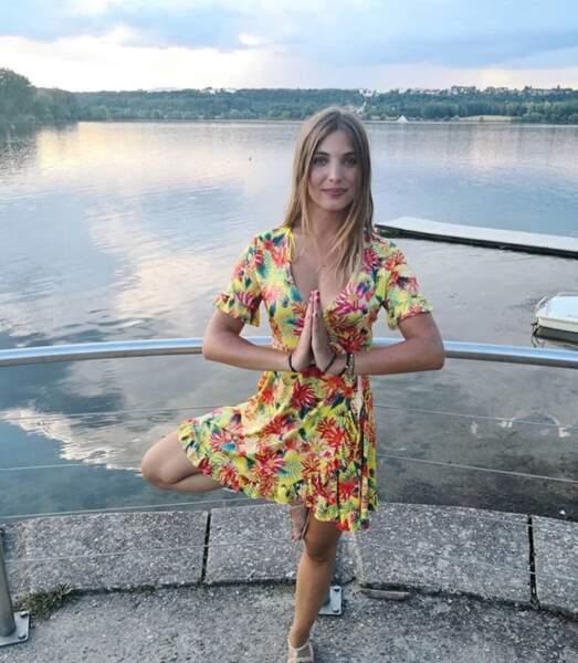 Spirituelle, la jeune femme est fan de yoga. Résultat ? Elle prend la pose (de l'arbre) partout