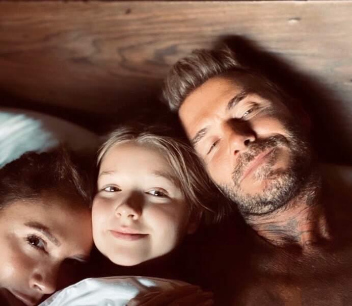 Un petit lutin prénommé Harper s'est incrusté dans le lit de Victoria et David Beckham.