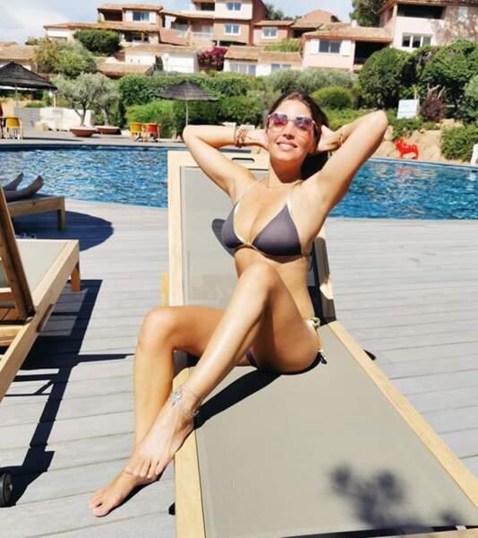 Rassurez-vous : Angèle aime aussi ne rien faire et profiter du soleil...