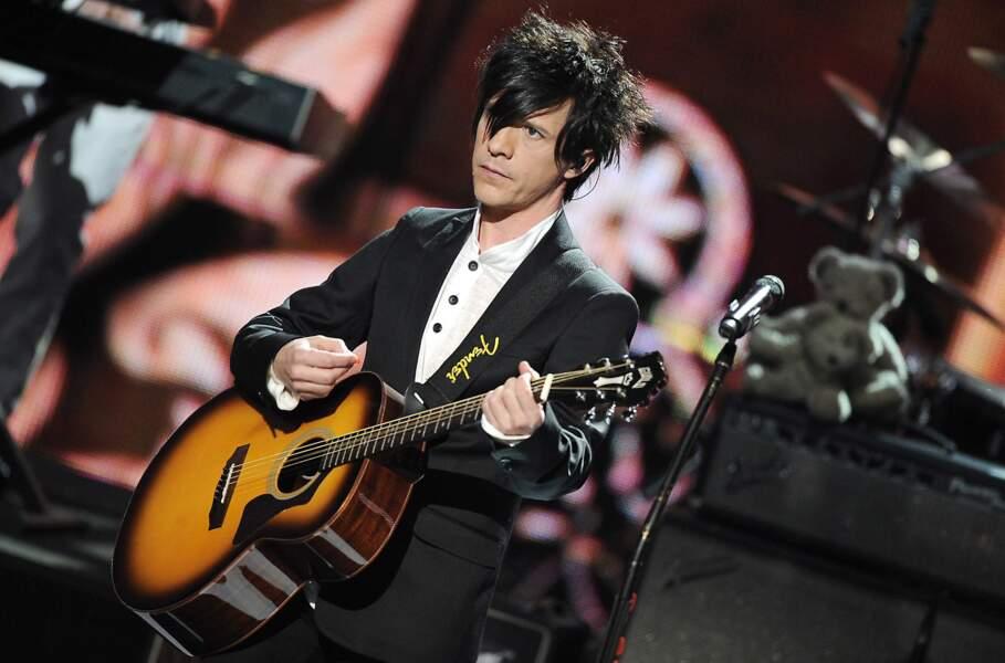 Très classe en chemise et costume en 2009 aux NRJ Music Awards à Cannes.