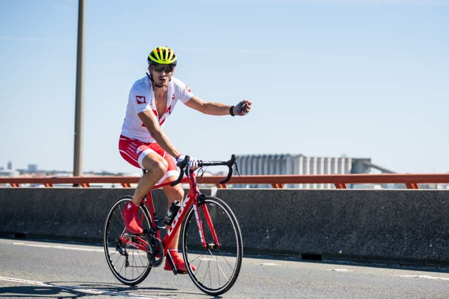 Claude aussi efficace en vélo sur le pont de l'Ile de Ré qu'aux épreuves de confort et d'immunité de Koh Lanta